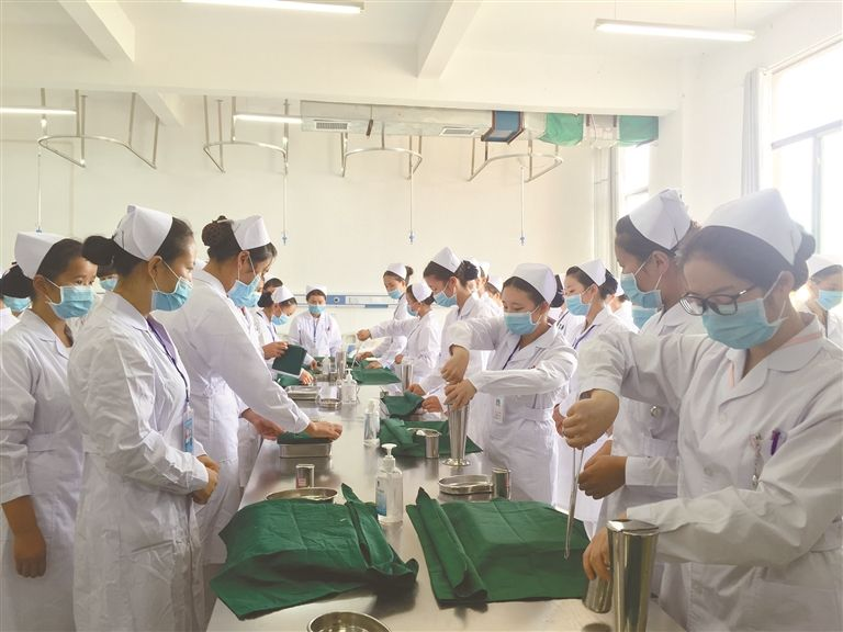 重庆南丁卫生学校护士专业学子在工作